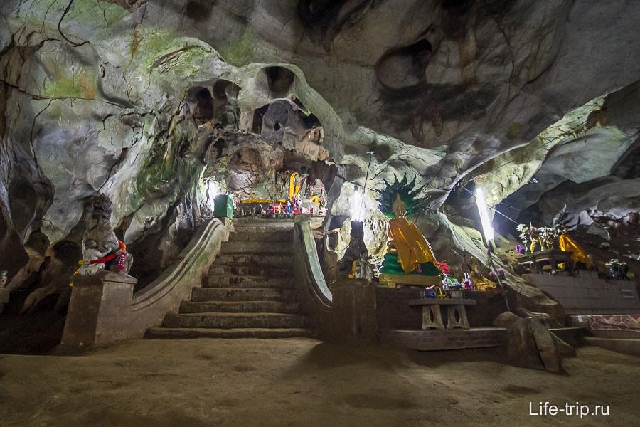 Последний освещенный участок и тут зал с Буддами