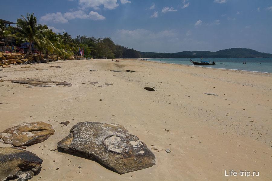 Пляж Клонг Муанг по середине, вид налево в сторону отеля Шератон