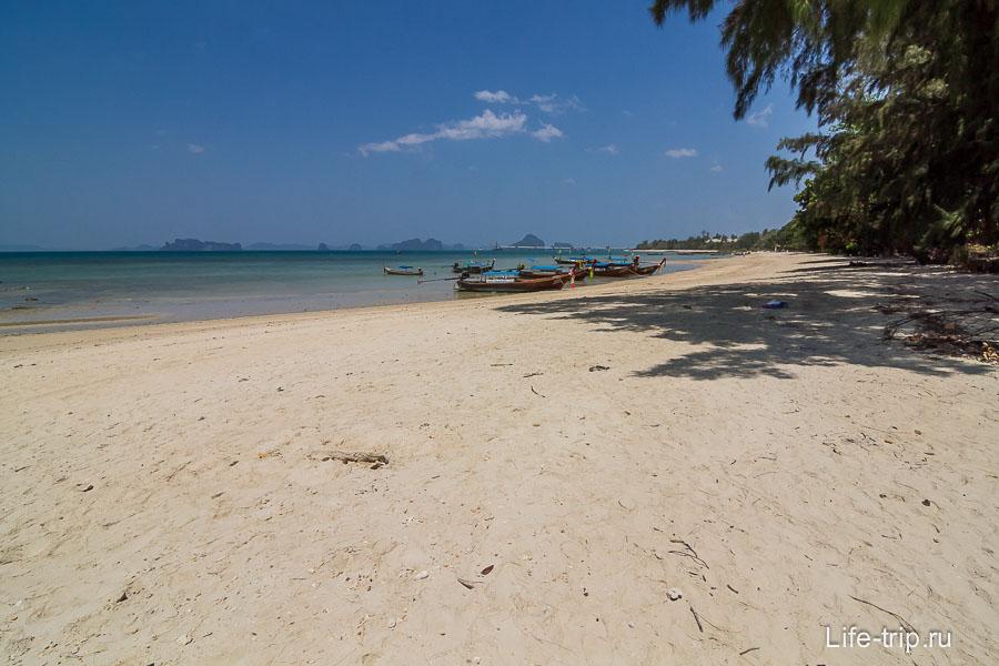 Пляж Клонг Муанг по середине, вид направо в сторону отеля Софитель