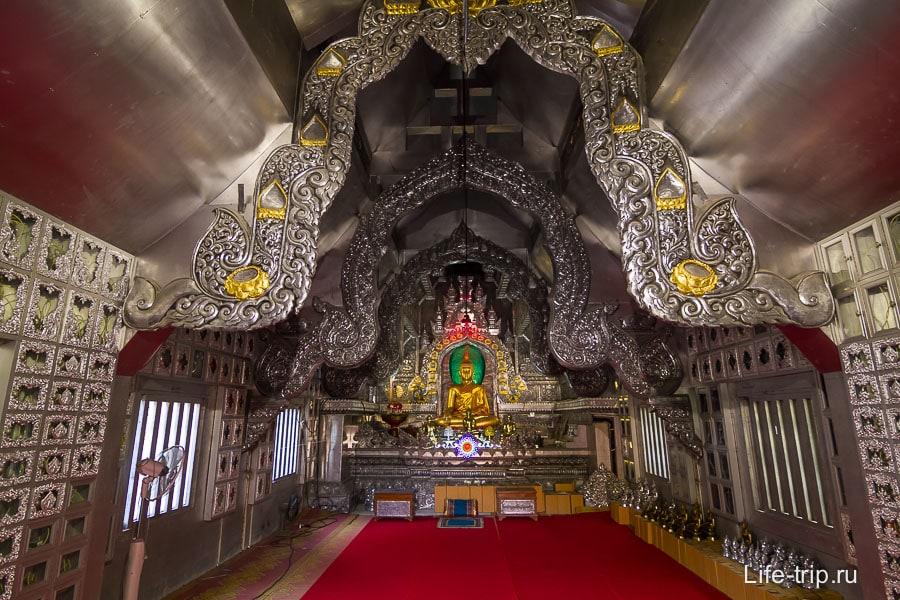 Внутри храма тоже все серого цвета