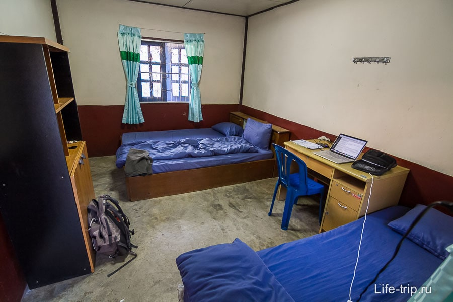 Внутри комнаты две кровати