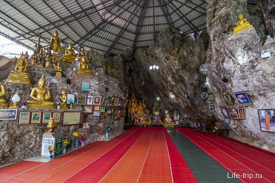 Храм находится внутри скалы и накрыт искусственной крышей