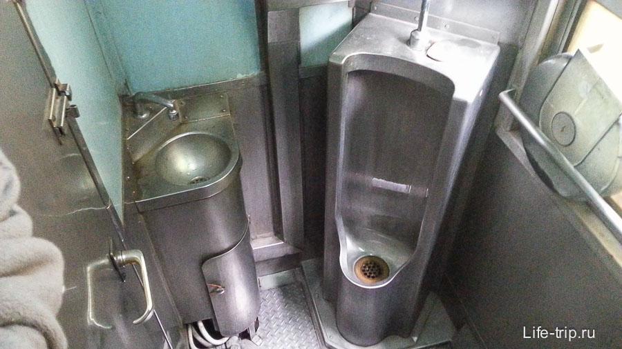 Туалет грязноватенький, но зато есть писуар