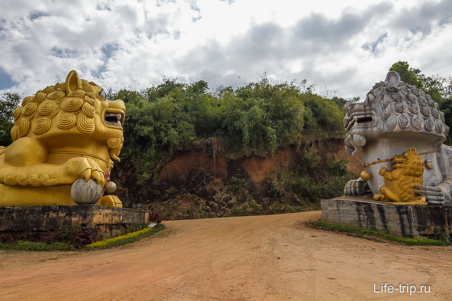 Вход охраняют большие львы