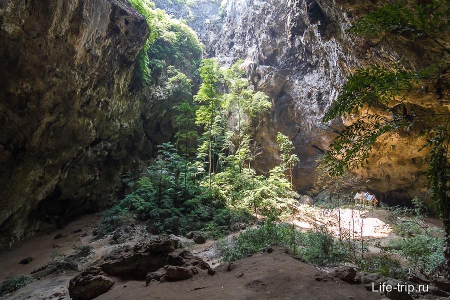 Пещера Phraya Nakhon довольно большая