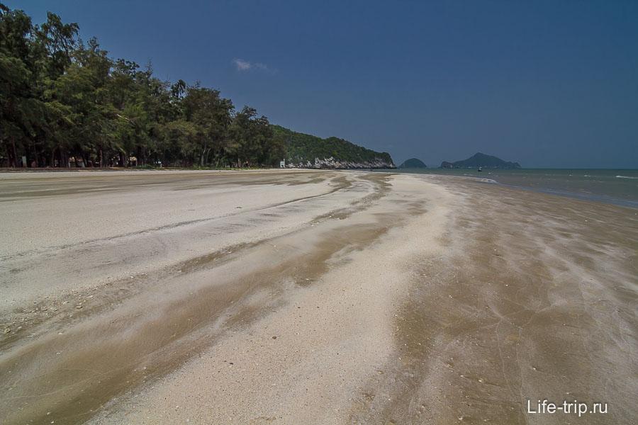 Красивый пляж Laem Sala