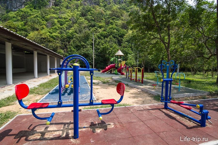 Недалеко от будки оплаты есть детская площадка