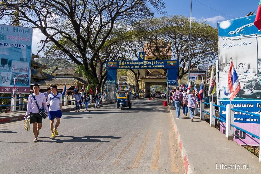 Переходим на правую сторону и уже виднеется граница с Мьянмой
