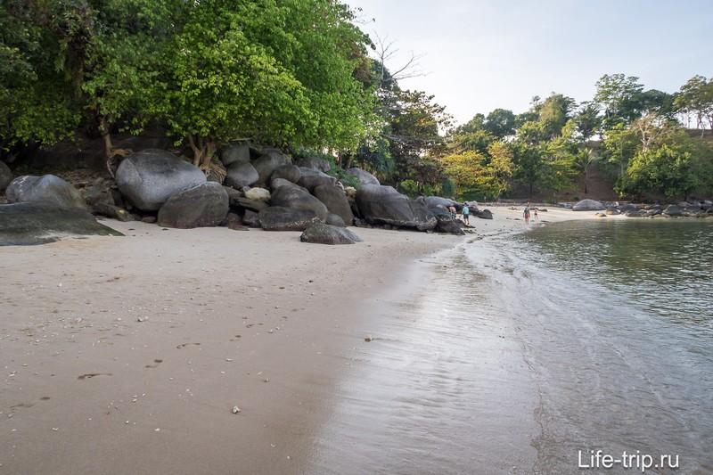 Вид влево, видно камни, разделяющие пляж на две половины