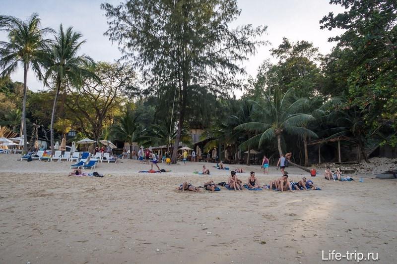 Весь пляж в тени, время - около 17 часов