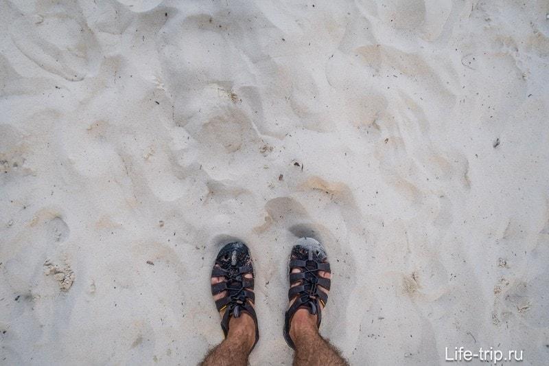 Дальше от воды песок становится очень даже приятным