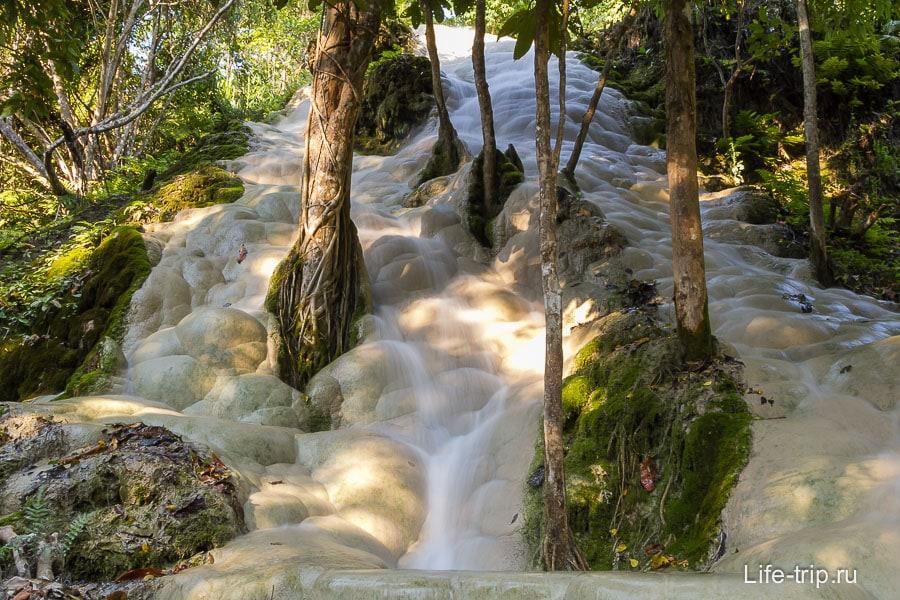 Один из каскадов Buatong Waterfall