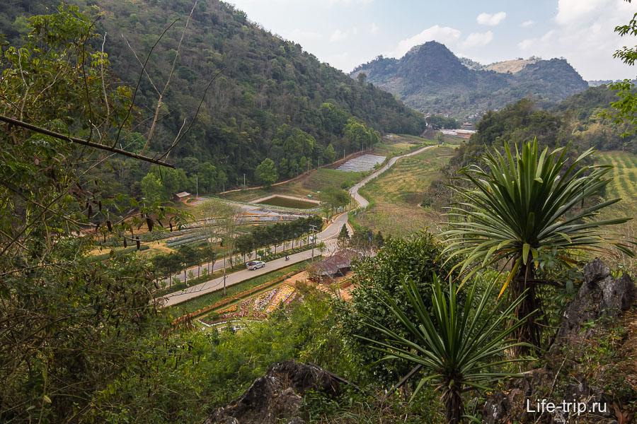 Сверху открывается вид на Ang Khang
