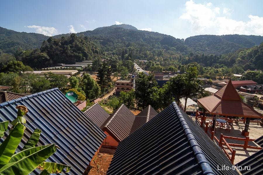 С веранды открывается вид на горы и деревню