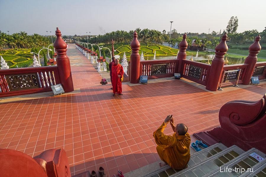 Монахи частые посетители подобных мест