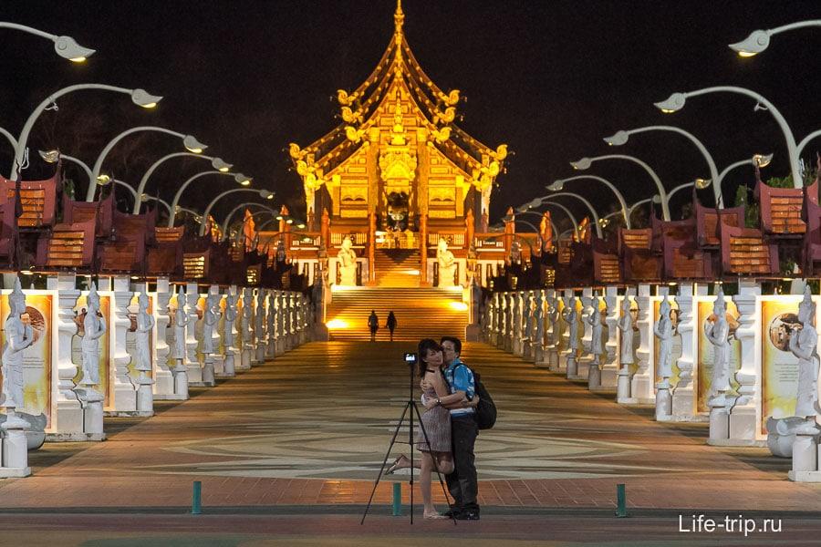 Ночью храм выглядит очень романтично