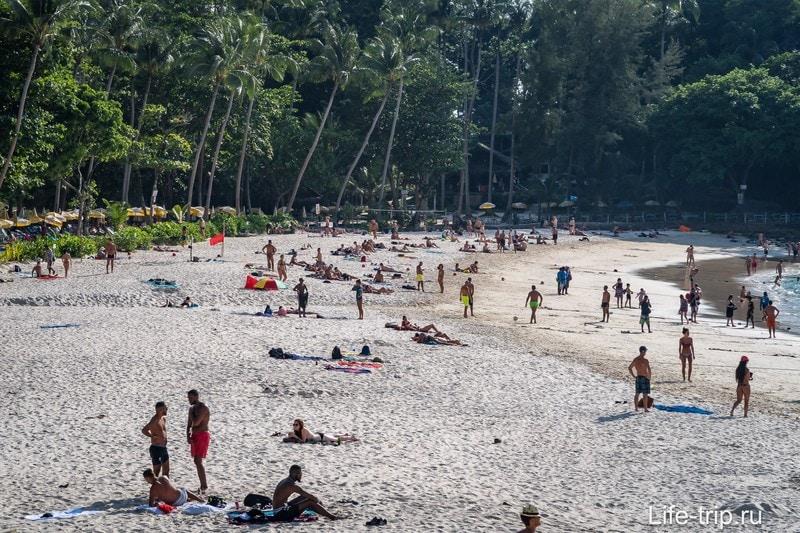 Отлив в самом разгаре, ширина пляжа впечатляет