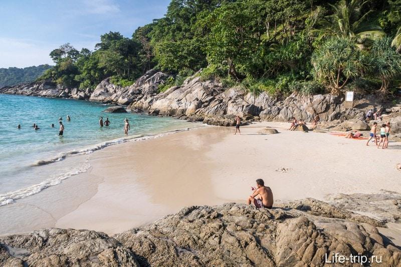 Вид на пляж-закуток со скалы.