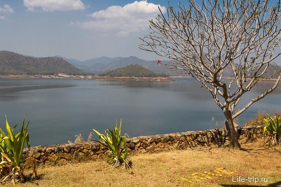 Озеро Mae Kuang и надпись Love