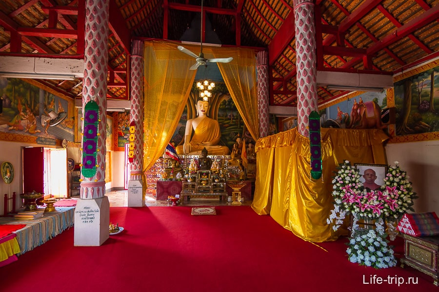 Храм внутри довольно типичный