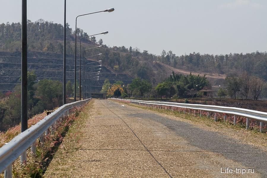 Дамба и дорога ведущая в беседку (справа вода)