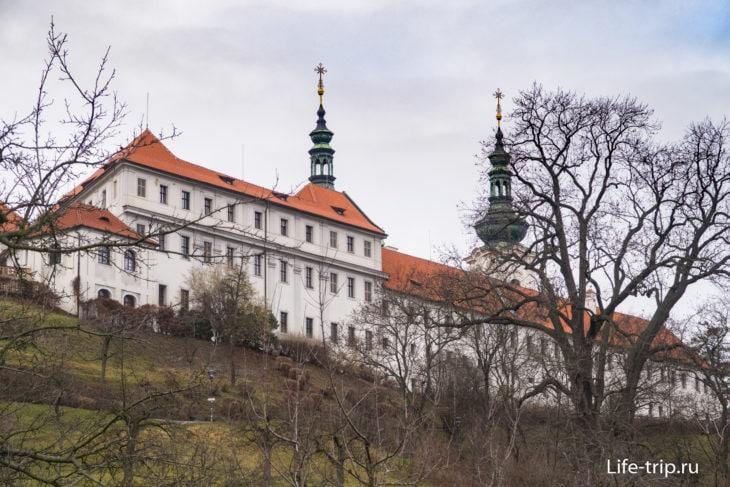 Страговский Монастырь со стороны сада Велька Страговска