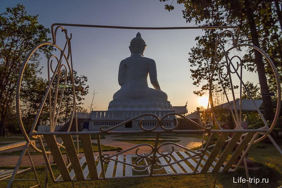 Качели с видом на Будду