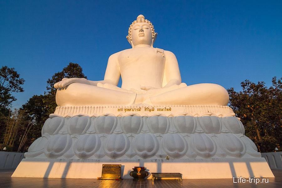 Вид на закатного Будду