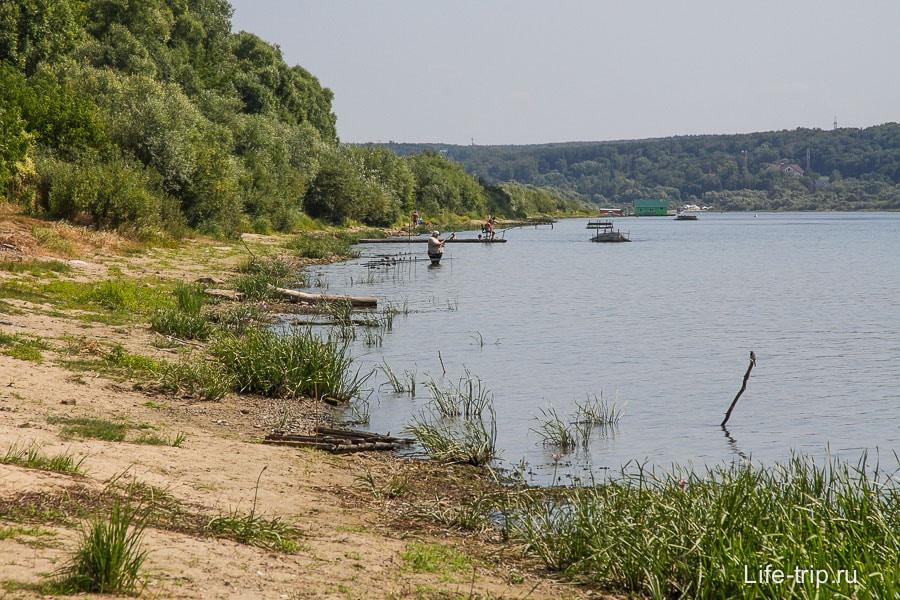 Берег больше для рыбалки, нежели для купания