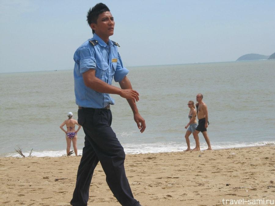 Охранник на пляже в Нячанге