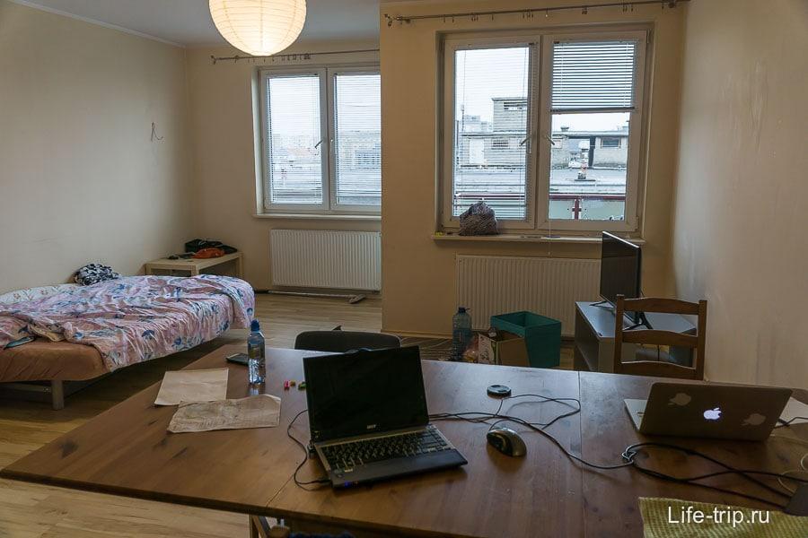 Гостиная, большой стол и для работы, и для еды