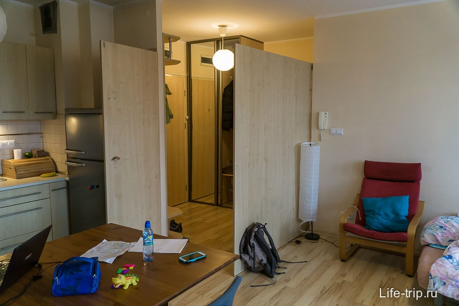Прихожая отделена от гостиной импровизированной фанеркой