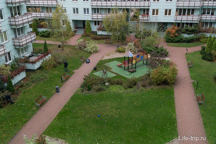 Внутренний двор с детской площадкой