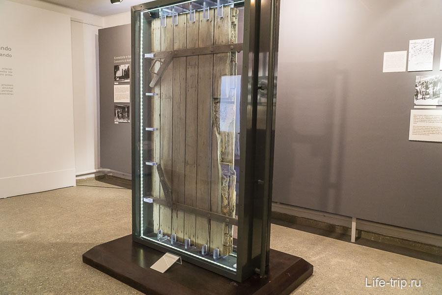 Фрагмент оригинальной двери крематория
