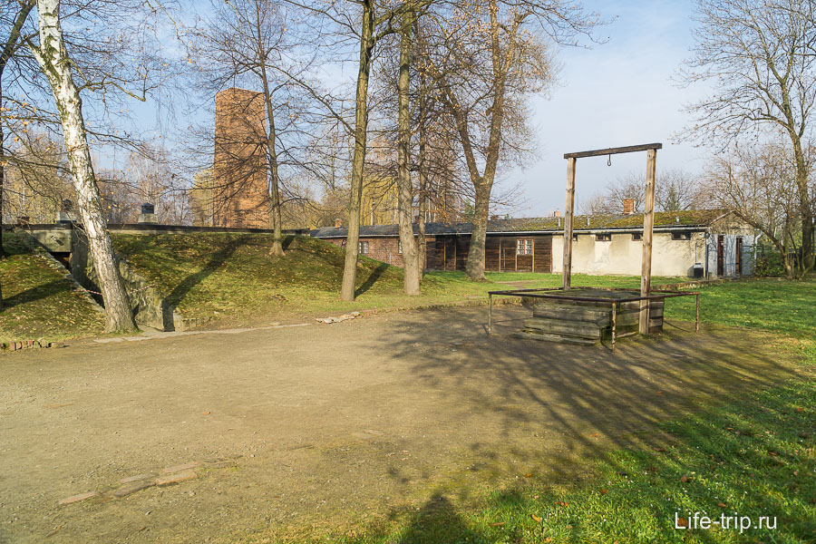 Виселица, на которой был повешен Рудольф Хёсс, комендант лагеря