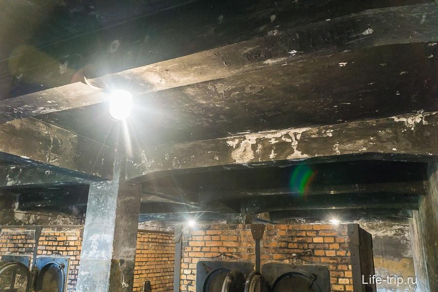 Весь потолок черный