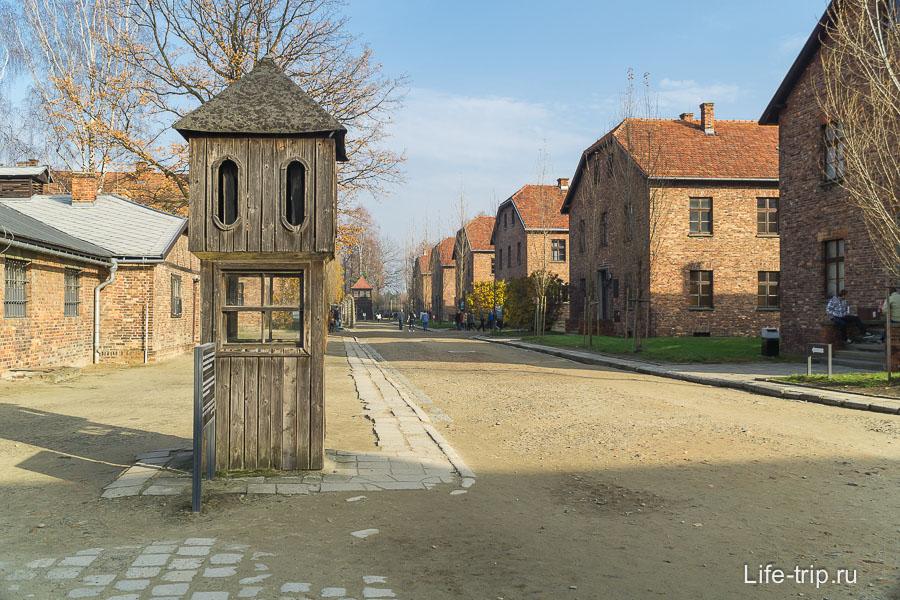 Плац, где считали заключенных, если кого-то не хватало, могли часами стоять на морозе