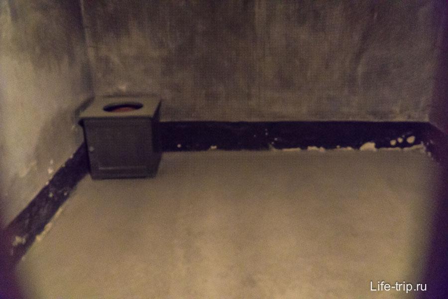 Камера в подвале блока Смерти. Есть тут и стоячие камеры