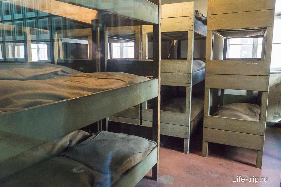 Жилая комната с трехэтажными нарами