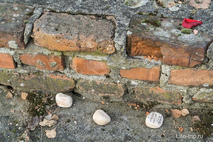 Кто-то из посетителей привез камешки издалека