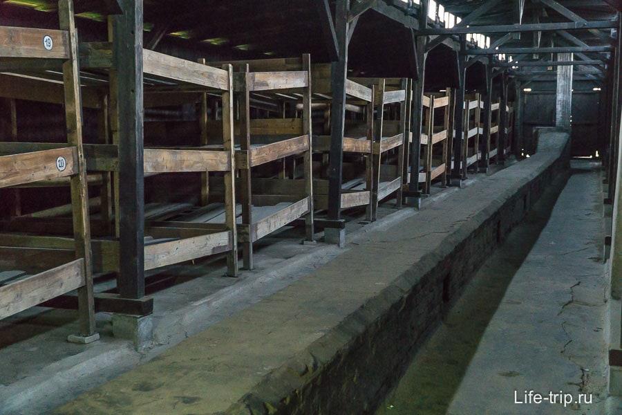 Внутри деревянного барка нары и длинные дымоходы печного отопления