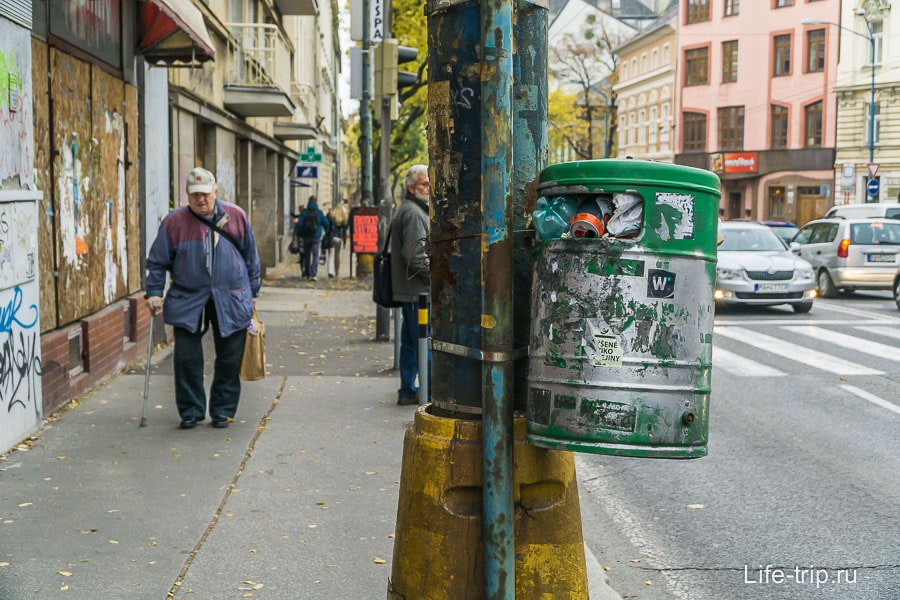 Урны в Братиславе висят на уровне глаз