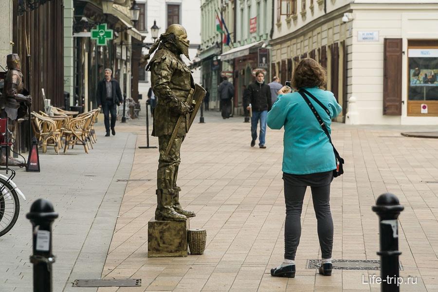 Мим в старом городе