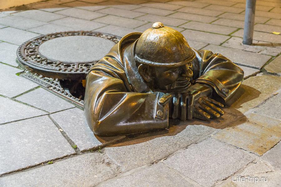 Бронзовый Чумил в Старом городе Братиславы