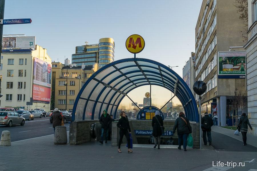Такая же буква М, только дешевле в сто крат московской, ибо не Лебедев рисовал