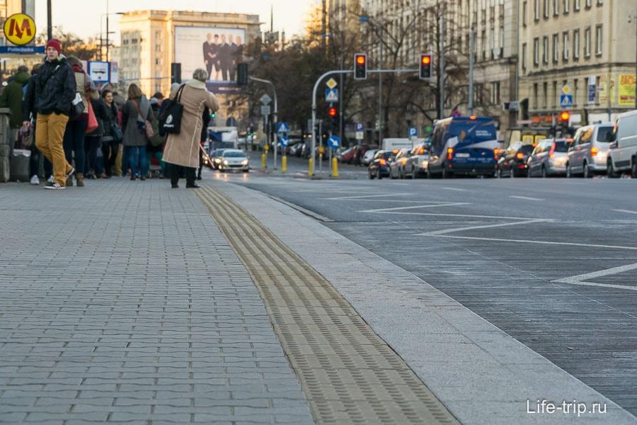 Тротуары обрамлены плиткой для незрячих