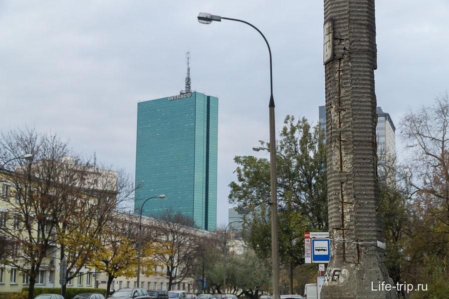 Контраст. Облезлый столб и зеркальный небоскреб