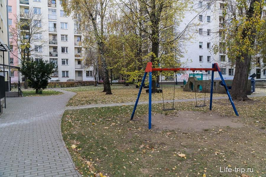 Детские площадки довольно скудные и есть не в каждом дворе