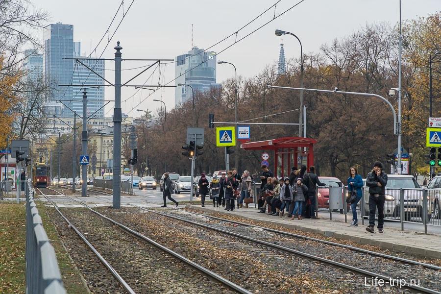 Остановка трамвая недалеко от центра города
