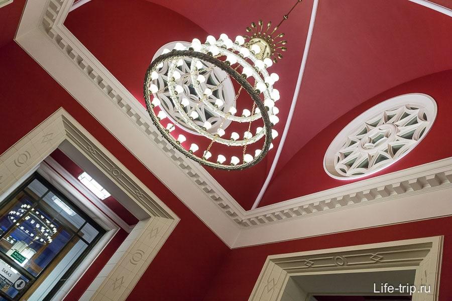 Выйдя из лифта попадаете в дворец, высокие потолки, люстра